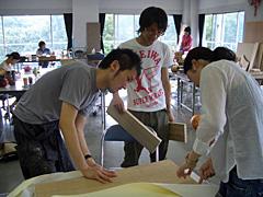 不用品・廃品回収を組み立て、作品に作り替えていく学生たちの様子