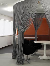 ロープカーテンを用いることでプライバシーを確保したミーティングルーム