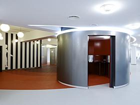 ドアを開けたミーティングルームと空間を活性化させる壁面のグラフィック